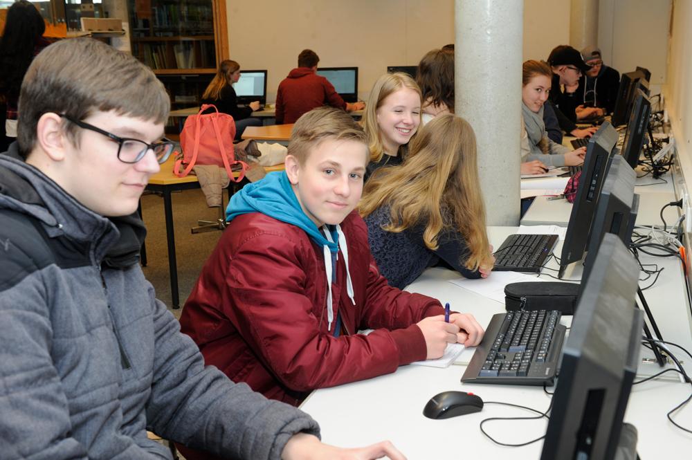 Schüler und Schülerinnen bei der Recherche in der Mediothek
