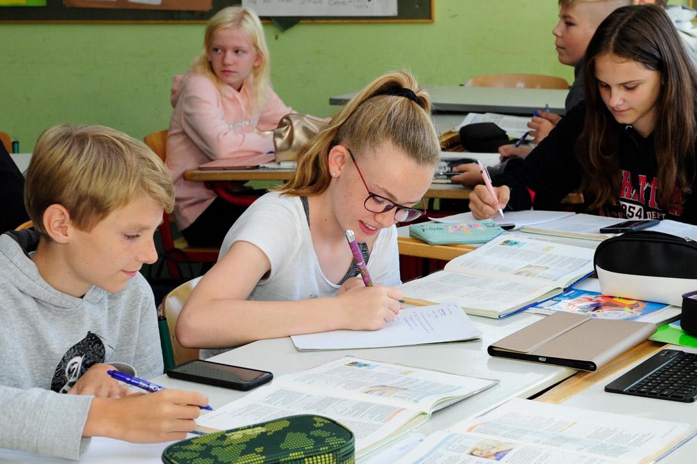 Schülerin lernt Französisch im Klassenraum