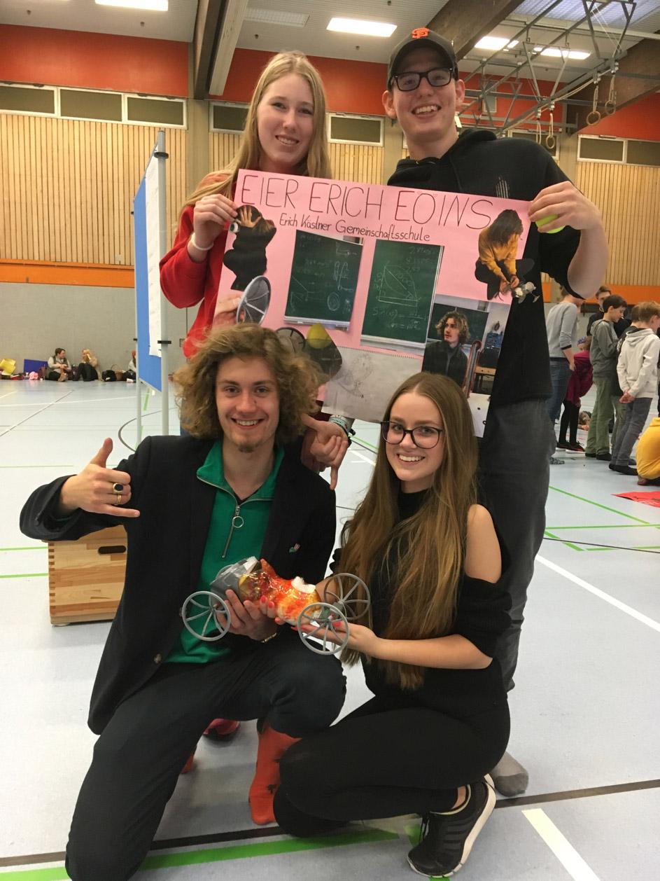 Schüler und Schülerinnen beim Tüftel-Ei Wettbewerb