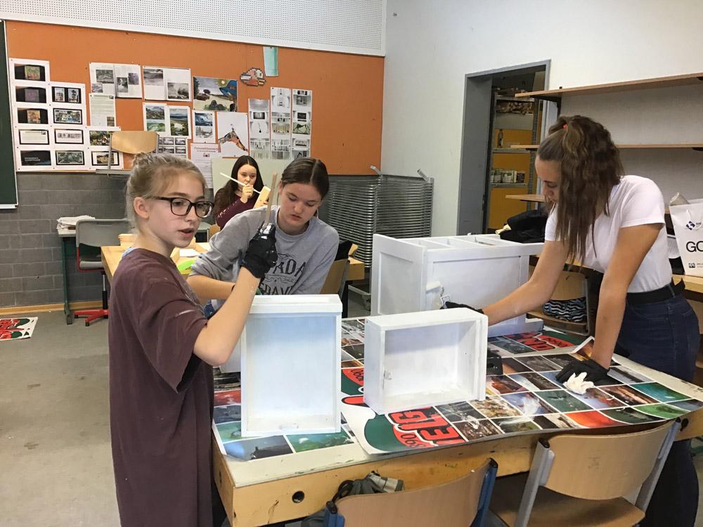 Schüler und Schülerinnen beim erstellen eines Werkstücks im Wahlpflichtfach Technik