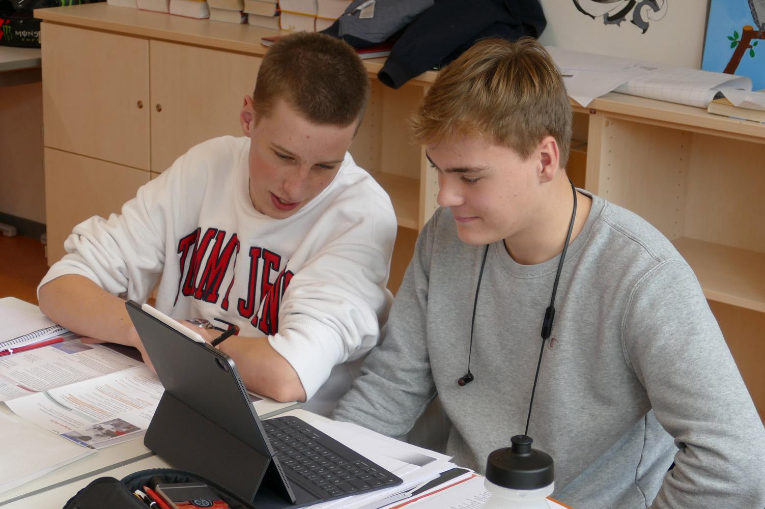 Zwei Schüler bereiten sich im Englischunterricht auf den Test für das Cambridge Sprachzertifikat vor
