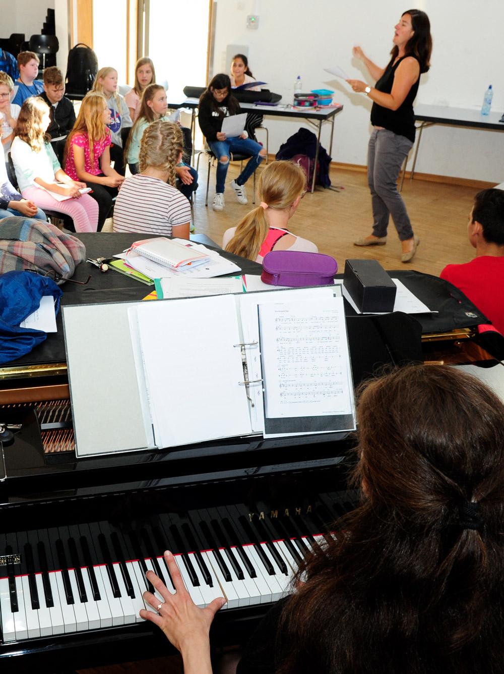 SchülerInnen singen gemeinsam im Musikunterricht