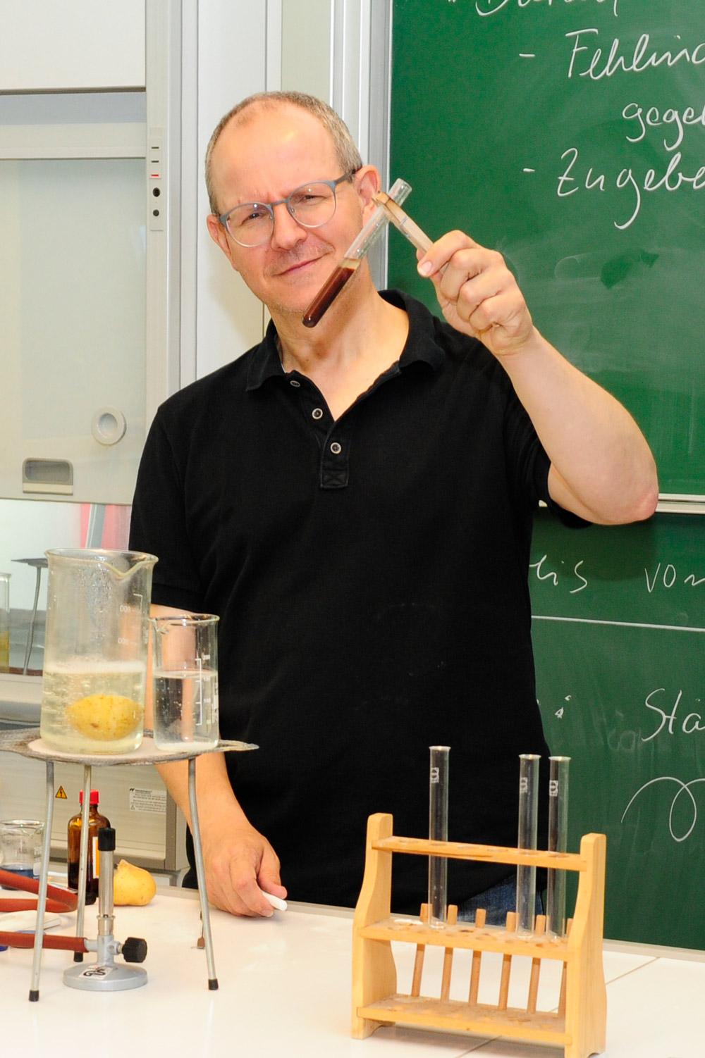 Nawi-Lehrer zeigt einen chemischen Versuch