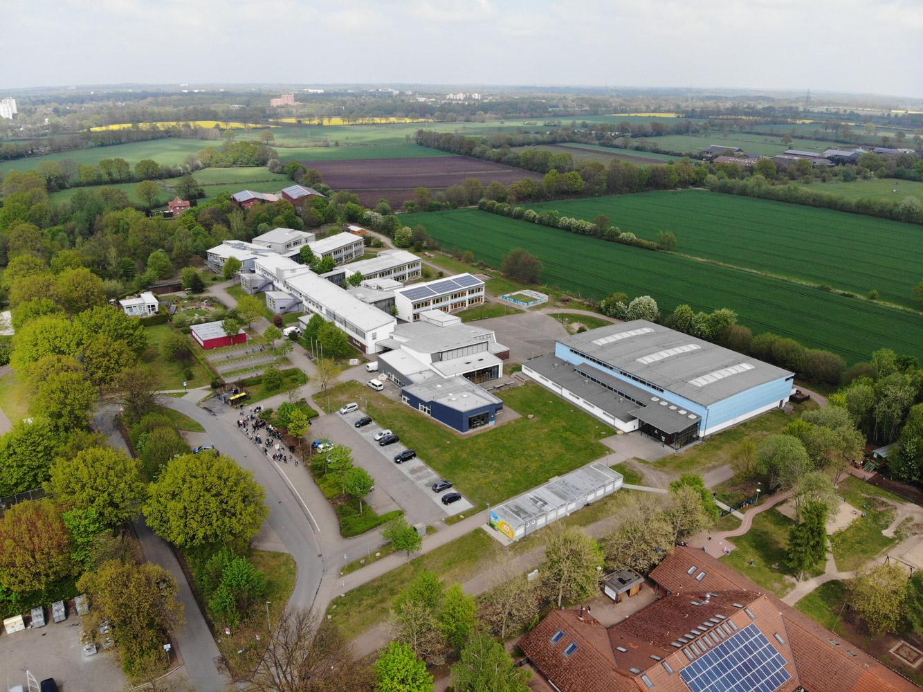 Die Erich Kästner Schule im Grünen: Unsere Schule liegt im hinteren Teil des Soltausredders und grenzt unmittelbar an die Feldmark