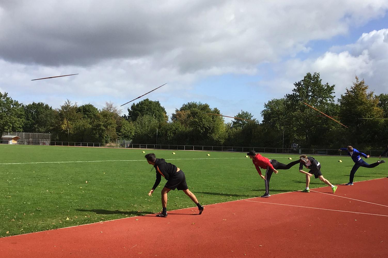 Einige Schüler üben das Speerwerfen auf dem Sportplatz der Erich Kästner Gemeinschaftschule
