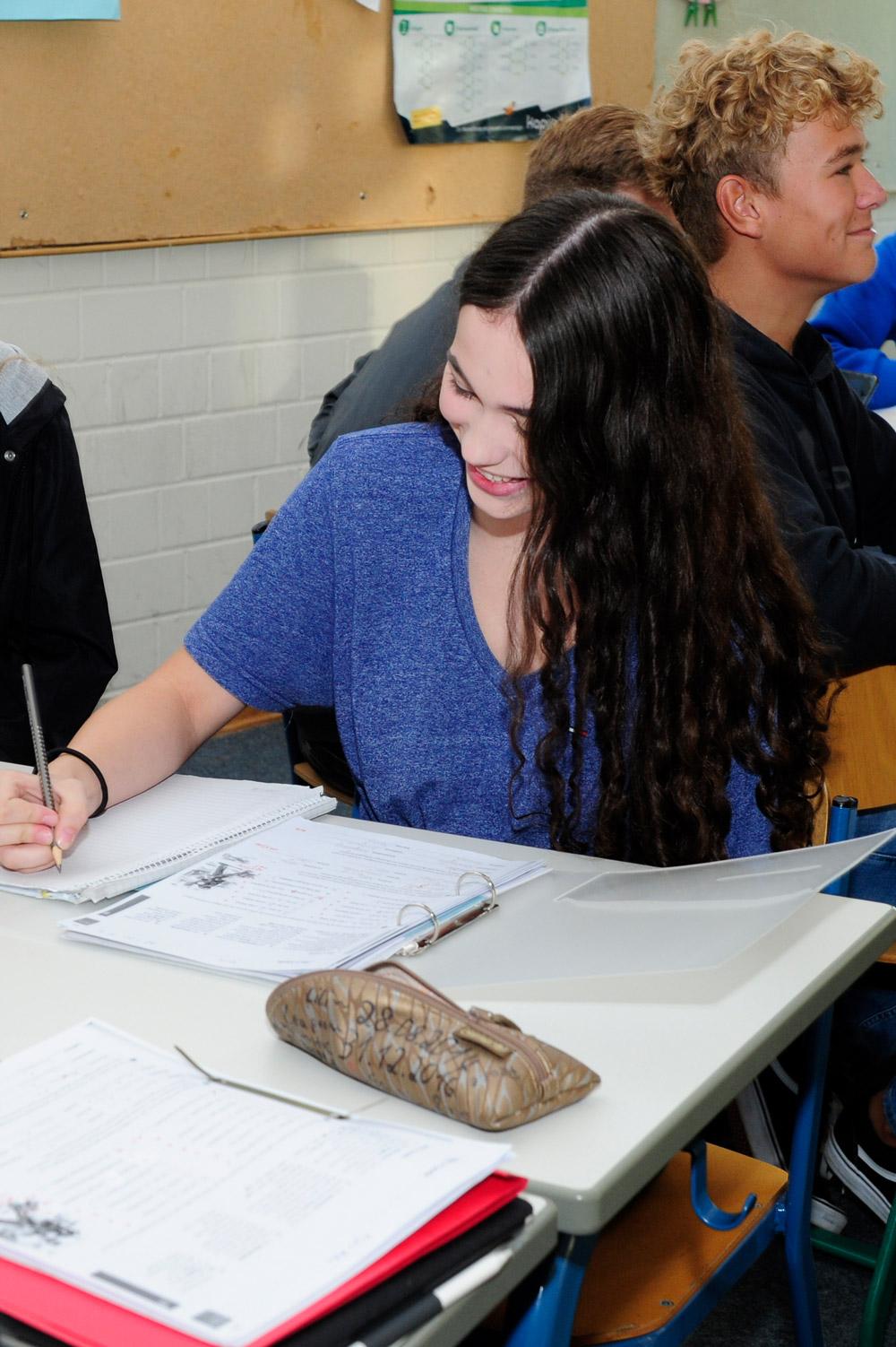 Schülerin schreibt im Spanischunterricht