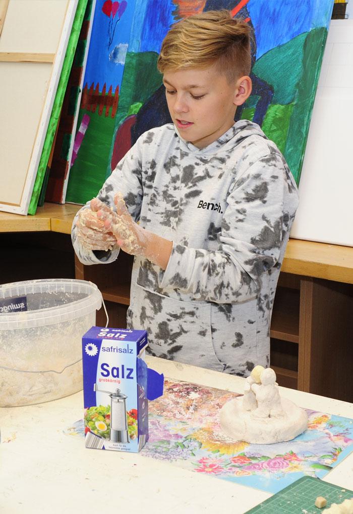 Ein Schüler im Kunstunterricht