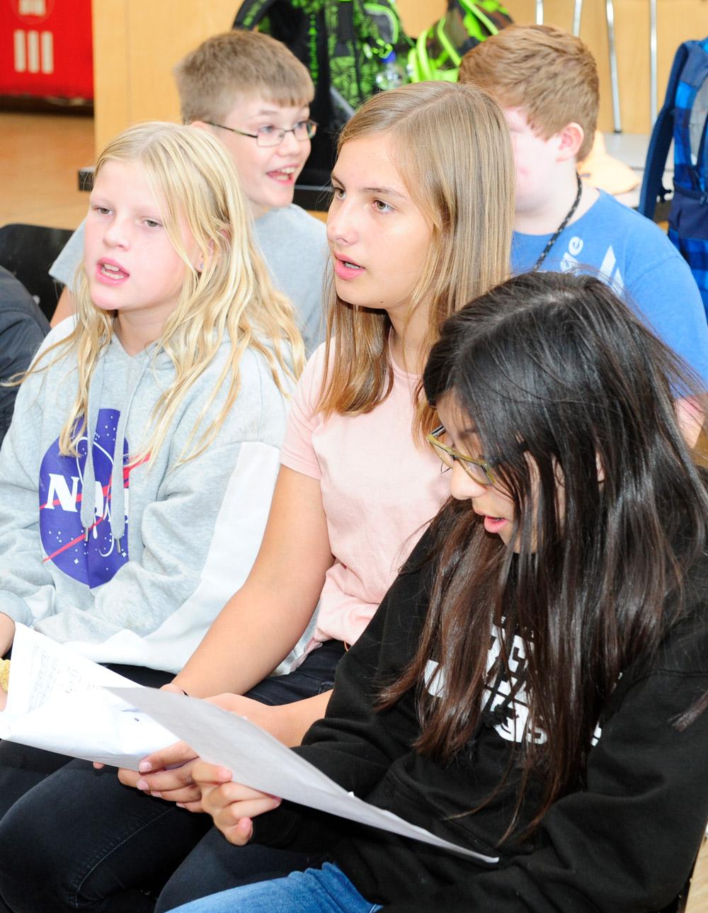 Schüler und Schülerinnen singen um Musikunterricht