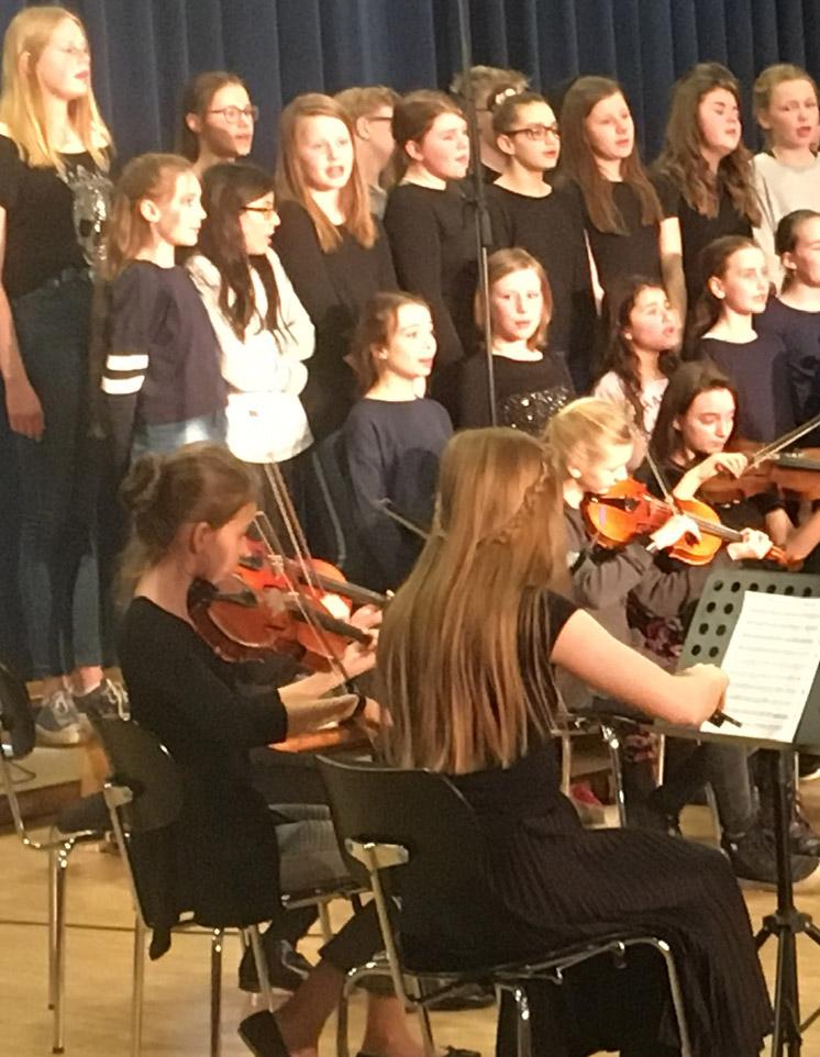 Der Chor und das Orchester spielen zusammen beim Frühlingskonzert