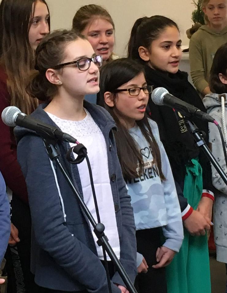 Schülerinnen und Schüler singen im Chor an der EKG