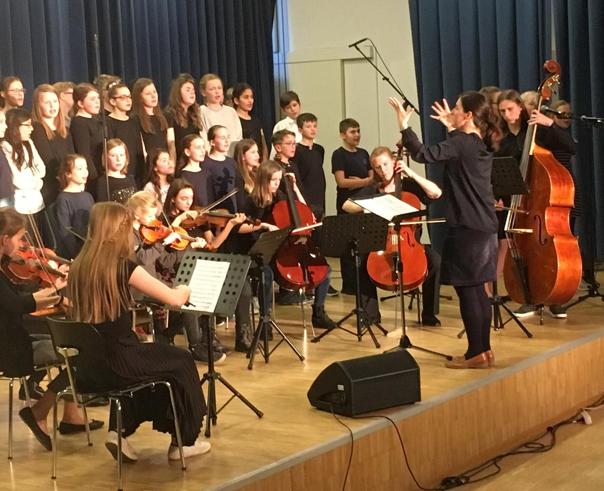 Bei einem gemeinsamen Auftritt musizieren Orchester und Chor zusammen