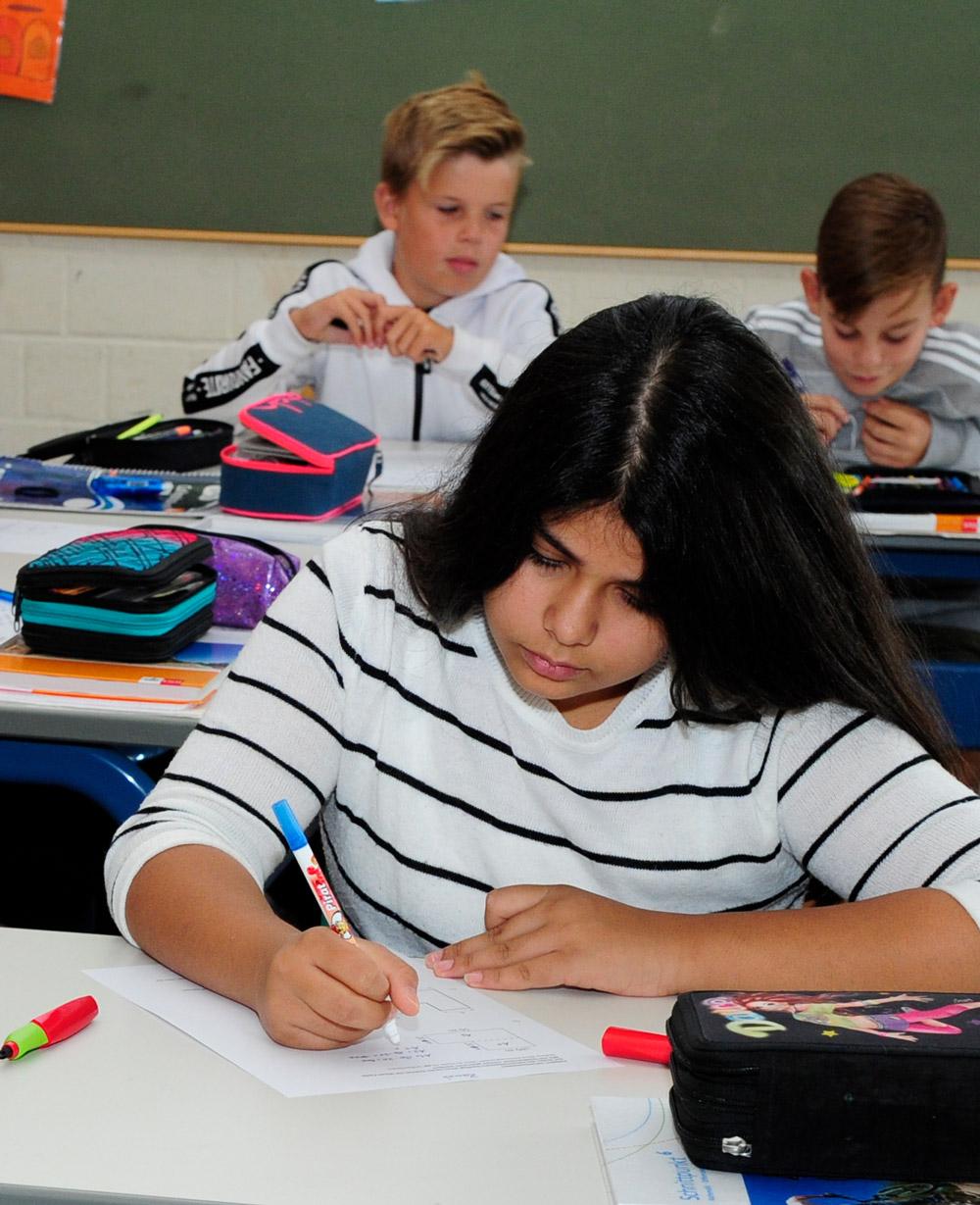 Schülerinnen und Schüler lösen Aufgaben im Mathematikunterricht
