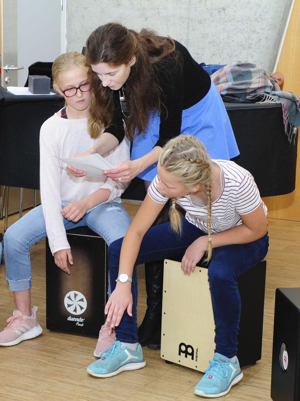 Eine Schülerin übt das Klavierspielen im Musikunterricht