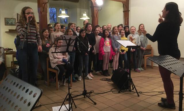 Der Chor bei einer Probe auf Schloss Noer an der Ostsee