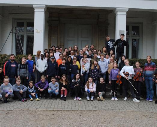 Gruppenfoto der Teilnehmer/-innen und Lehrer/-innen auf der Probenfahrt auf Schloss Noer