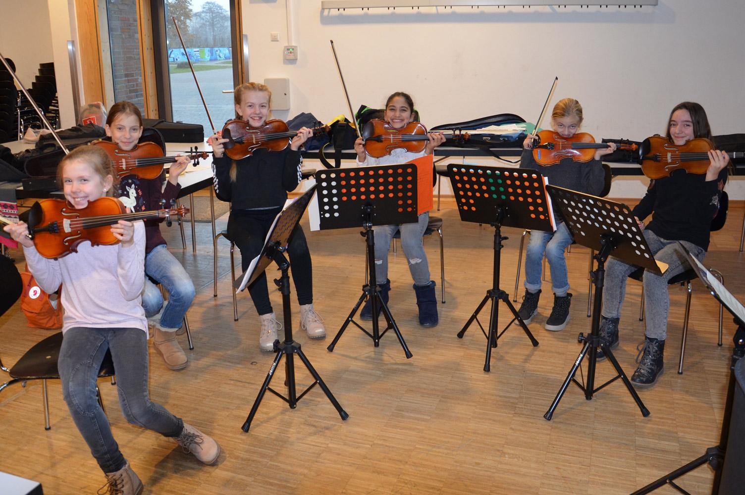 Schülerinnen unseres kleinen Orchesters im Probenraum