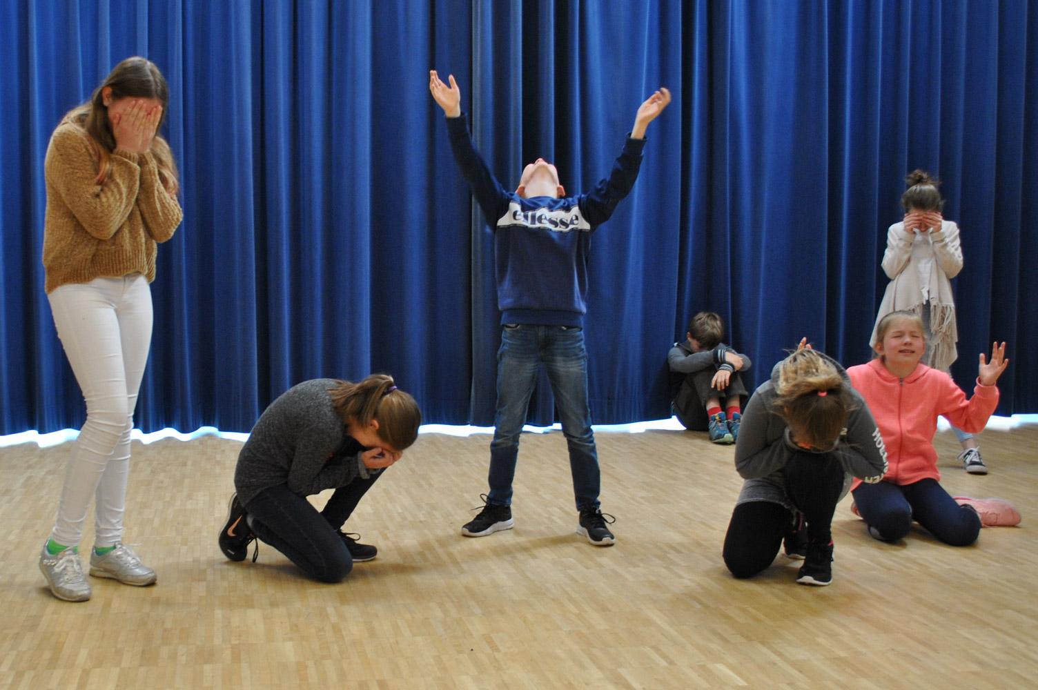 In dem Fach Darstellendes Spiel lernen die Schüler und Schülerinnen verschiedene Techniken des Schauspiels kennen