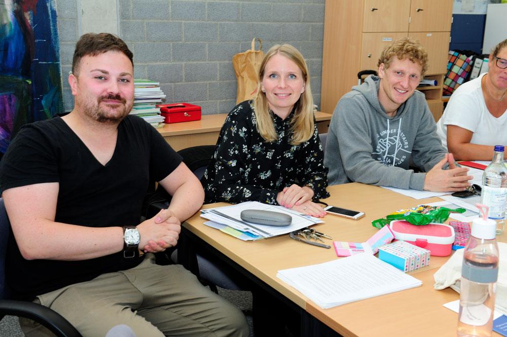 Festes Mitglied der Lehrergemeinschaft: Lehrer im Vorbereitungsdienst Herr Saedi (ganz links)
