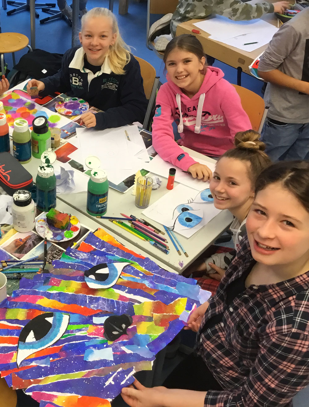 Schüler und Schülerinnen betätigen sich kreativ in einem Nachmittagskurs.