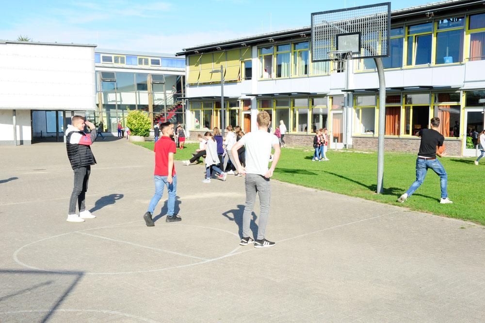 Auf dem Pausenhof können die Schülerinnen und Schüler zum Beispiel Basketball spielen