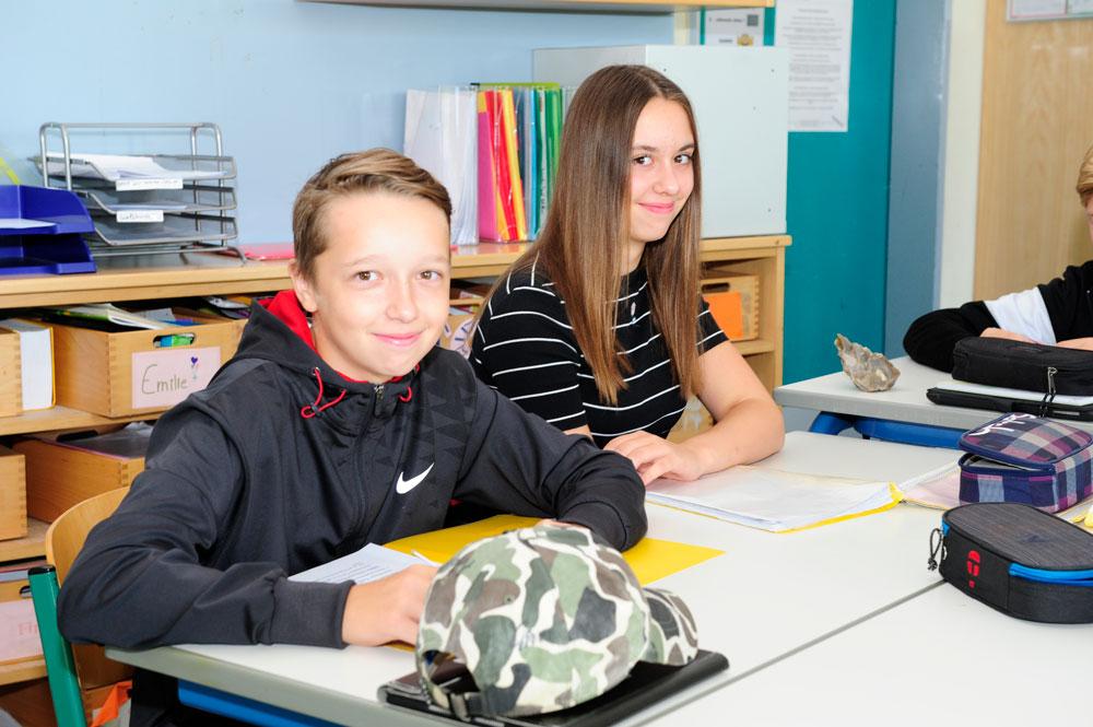 Ein Schüler und eine Schülerin der Unterstufe im Unterricht